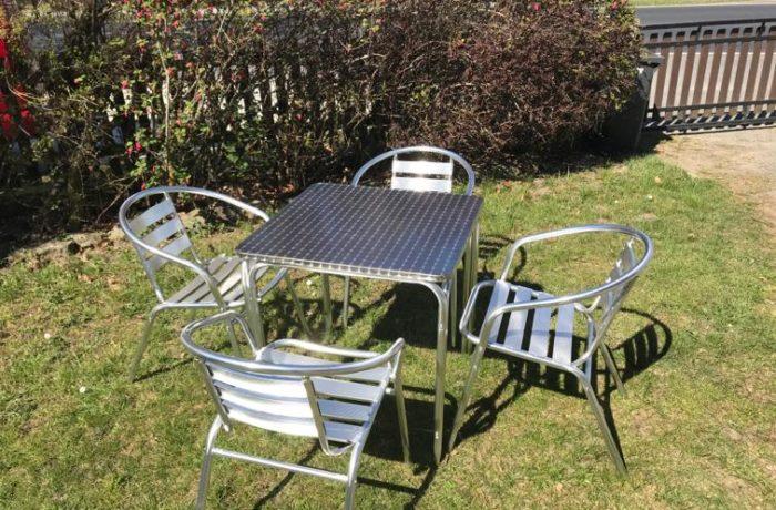 Aluminiumtisch mit Stühlen
